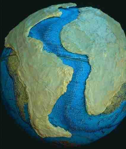 continentale_platen_op_een_globe-brown