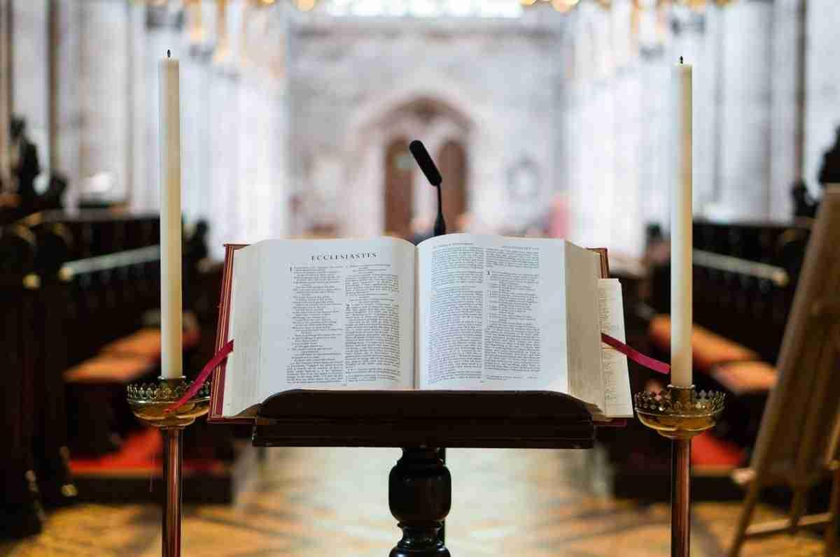 Bijbel_kaarsen_kerk.pixabay