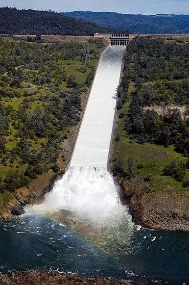 Oroville_Dam_main_spillway_30_March_2011.wikipedia