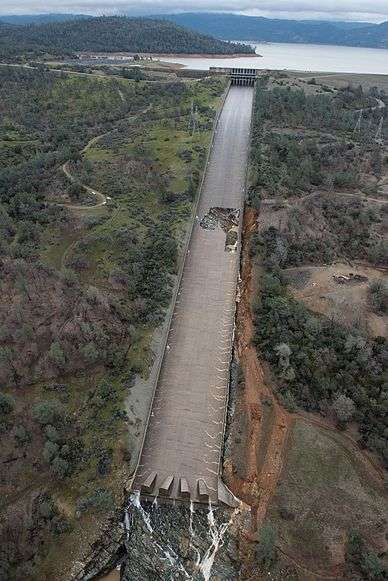 Oroville_Dam_spillway_damage_7_Feb_2017.wikipedia