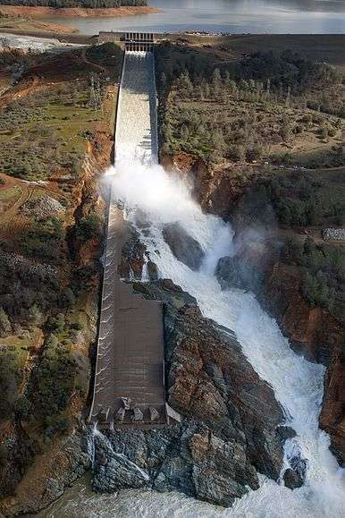 Oroville_Dam_spillway_damage_February_27_2017.wikipedia